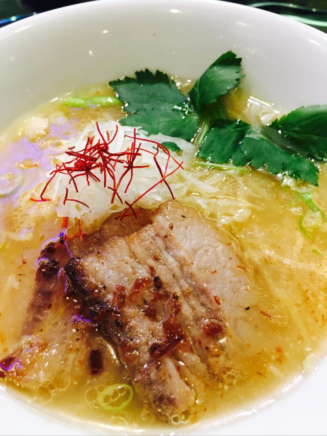 モチモチ細麺に繊細な豚骨スープ『麺劇場玄瑛六本木店』東京