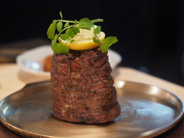 【ステーキハウス キッチンリボン】名物・松坂牛の肉タワー