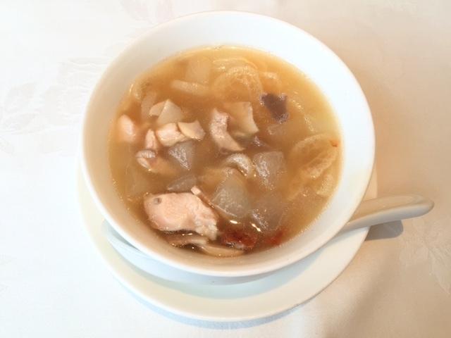 温かい五目入り冬瓜の澄ましスープ