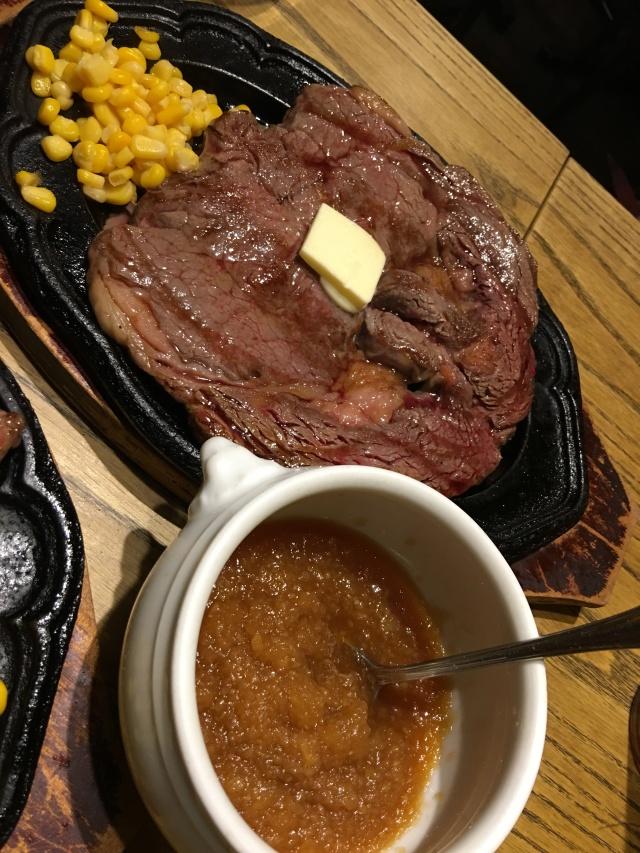 視覚、嗅覚、聴覚をガツンと刺激するワイルドなステーキ