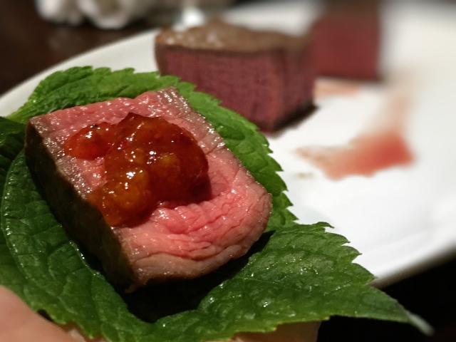 レアな焼き加減が素晴らしい赤身肉!:肉山