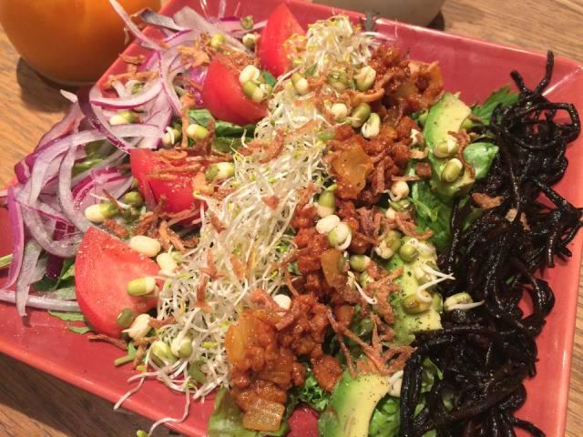 ジューシーな肉料理、ヘルシーで食べ応えも満点なオーガニック野菜料理のお店!